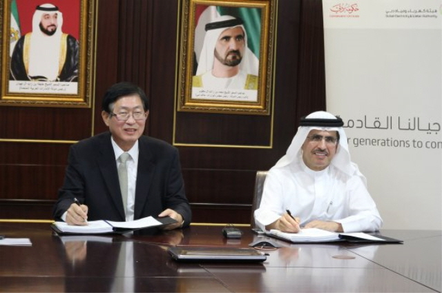 KEPCO CEO Cho Hwan-eik (L) signs the smart grid station project deal with the head of the Dubai Electricity & Water Authority, Saeed Mohammad Al Tayer. (image: KEPCO)