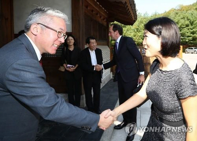South Korean Culture Minister Kim Jong-deok (L) shakes hands with his French counterpart, Fleur Pellerin, ahead of their meeting in Seoul on Oct. 8, 2015. (image: Yonhap)