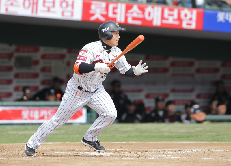 Son Ah-seop, a career .323 hitter, has averaged 12 home runs, 69 RBIs and 16 steals over the past five years, with a .333 average. (image: Lotte Giants)