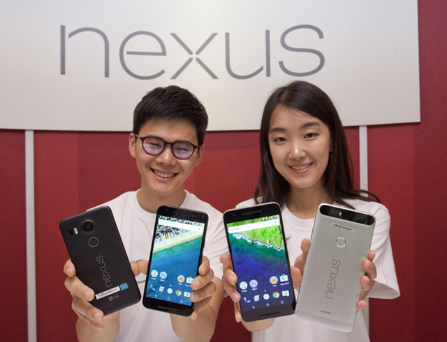 Nexus 5X(L) boasts compactness and practicality in a simple plastic casing. Huawei's Nexus 6P(R) is designed to target the high-end market. (image: Google Korea)