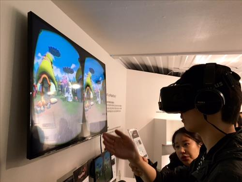 Nexon, Korea's biggest gaming company, also exhibited a unique booth featuring VR devices. Using an Oculus Rift VR device, visitors were able to enjoy VR images of a Nexon game called 'Maple Story'. (Image : Yonhap)