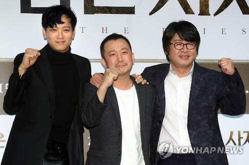"Actor Kang Dong-won (L), director Jang Jae-hyeon (C) and actor Kim Yoon-seok pose for photos at a press conference discussing their latest film, ""The Priests,"" at a theater in southern Seoul on Oct. 12, 2015. (Image : Yonhap)"
