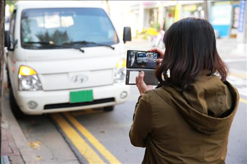 A crackdown on illegal parking with the participation of the residents of Namgu, Incheon, is showing great results.(Image : Yonhap)