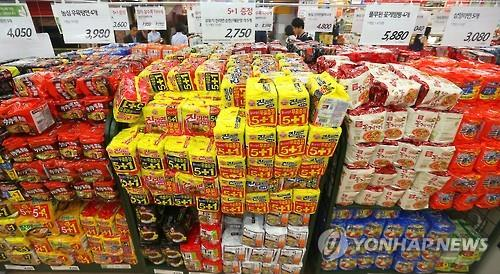 Koreans have turned out to be the biggest consumers of instant ramen noodles in the world, feasting on an average of 76 packs of instant ramen noodles every year. (Image : Yonhap)