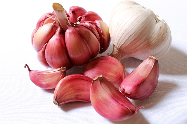 In an interesting discovery, the results of a recent study suggest that garlic can decrease male armpit body odor, increasing their desirability to women. (Image : Pixabay)
