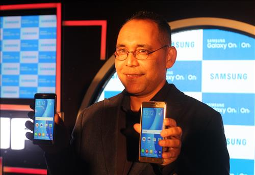 Samsung Electronics Co. showcased two Android-powered budget smartphones in India on Tuesday, in line with its efforts to solidify its presence in the South Asian country. (Image : Yonhap)
