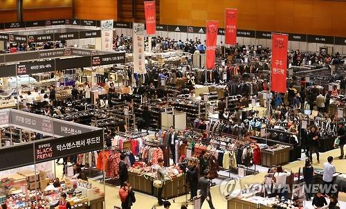 South Korean retailers have launched a series of big sale events to attract customers pulled in so many different directions amid the e-commerce boom. (Image : Yonhap)