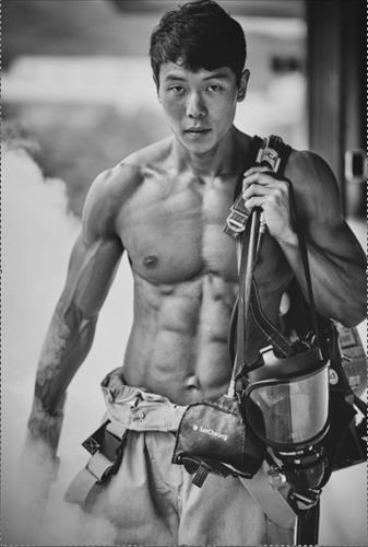 'Hotties' from the Seoul Fire Department have once again posed in front of the camera as calendar models to gather funds to treat burn victims in lower income groups. (Image : Seoul City)
