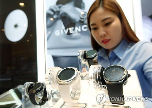 A model poses with Samsung Electronics Co.'s Gear S2 smartwatch. (Image : Yonhap)