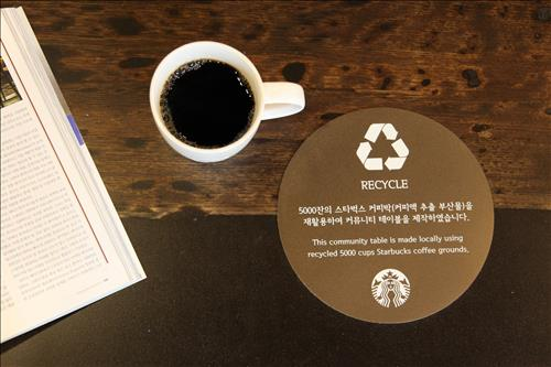 Coffee houses furnished with tables and lamps made of coffee waste are receiving positive reactions from consumers. (Image : Yonhap)