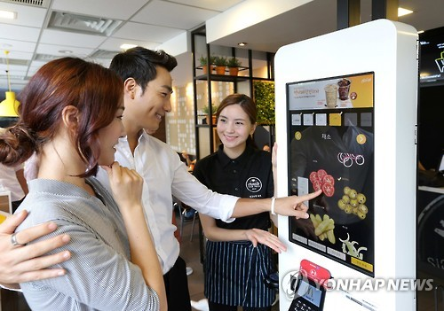 Ordering one of the signature offerings gives a customer the chance to select the burger's ingredients, from the patty to the bun, vegetables and even cheese, using a digital kiosk. (Image : Yonhap)