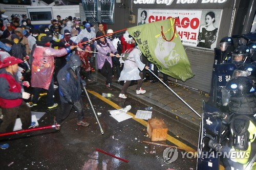 The violent demonstration also caused 29 demonstrators to be rushed to hospitals after sustaining injuries, according to reports. (Image : Yonhap)