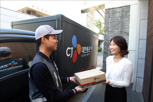 Korea's parcel delivery industry is in the early stages of a 'delivery war' between well established logistics companies and social commerce businesses. (Image : Yonhap)