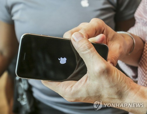 The number of Korean mobile subscribers in October reached a new high since the activation of the Mobile Device Distribution Improvement Act in 2014, thanks to the iPhone 6s. (Image : Yonhap)