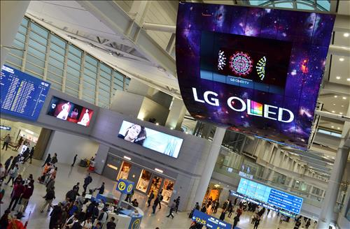 South Korean panel maker LG Display Co. said Friday it plans to invest 1.8 trillion won (US$1.56 billion) in a facility to tap deeper into the organic light-emitting diode (OLED) segment. (Image : Yonhap)