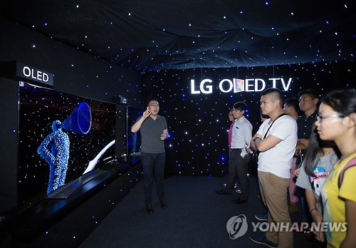 Demonstration on the features  of the LG OLED TV in China. (Image : Yonhap)