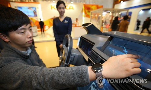 Smartwatches paired with car navigation. (Image : Yonhap)