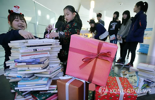 On the second floor, a small library named the 'book worm' offers local citizens the opportunity to read in a cozy environment. (Image  : Yonhap)