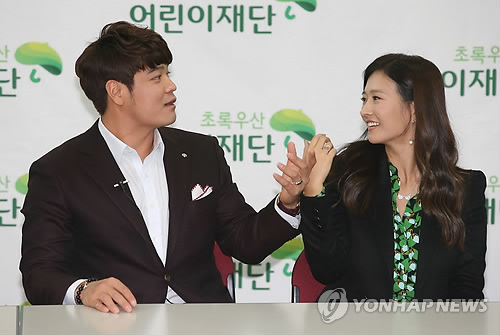 Choo Shin-soo and his wife. Texas Rangers' outfielder Choo Shin-soo will donate 110 million won (US$96,111) to a South Korean charity on Thursday, the charity organization said. (Image : Yonhap)