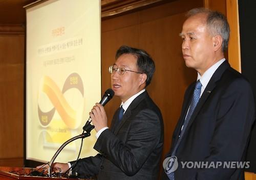 Kakao Corp.'s Vice President Yoon Ho-young (L) speaks at a press briefing on Kakao Bank's blueprint in Seoul on Nov. 30, 2015. (Image : Yonhap)