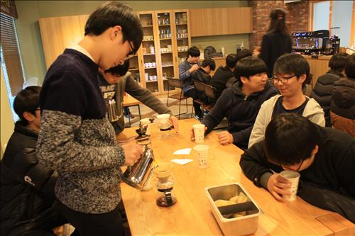 Detailed experiences of different workplaces were provided to the students, helping them map out their future careers. (Image : Yonhap)