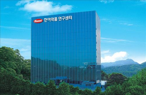 According to Chebul.com, Lim's twelve-year-old grandson received shares of affiliated companies including Hanmi Science, through bestowal or bonus issues around 2011. The shares were calculated to be worth a total value of 109.5 billion won. (Image : Yonhap)
