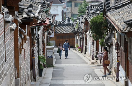 Traditional Korean houses in the Bukchon Hanok Village will now be open to the public, providing places to read and appreciate works of art. (Image : Yonhap)