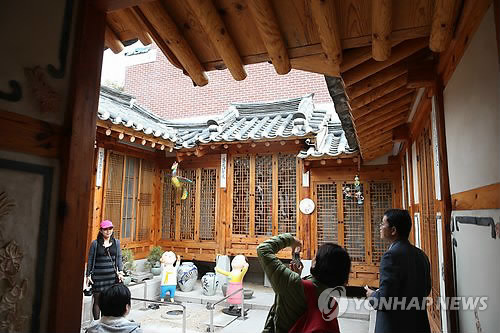 Seoul city officials announced that they will be opening one of the seven hanok (traditional Korean house) that the city purchased in the Bukchon Hanok Village. The house will be changed into a public space with a study, gallery and reception room. (Image : Yonhap)