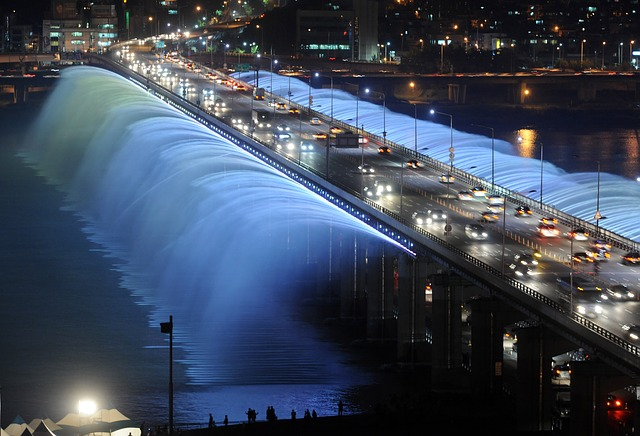 South Korea is a place where both tradition and modern features coexist. The image above shows 'Banpo Bridge Rainbow Fountain'. (Image courtesy of Pixabay)