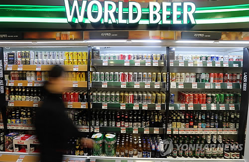After rumors that the government will be regulating discounts on imported beer, consumers are expressing strong feelings of dissatisfaction. (Image : Yonhap)