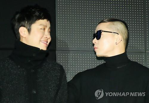 """Jung Yup (L) and Naul of Brown Eyed Soul exchange looks at a press conference discussing the group's fourth album """"Soul Cooke"""" in Seoul on Dec. 8, 2015. (Image : Yonhap)"""