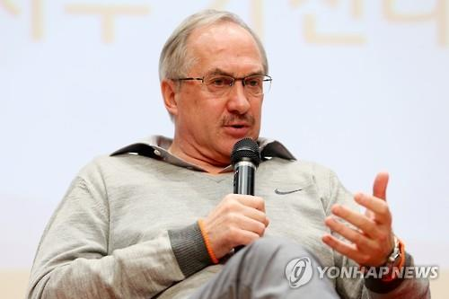 Uli Stielike, head coach of the South Korean men's national football team, speaks at his year-end press conference in Seoul on Dec. 8, 2015. (Image : Yonhap)