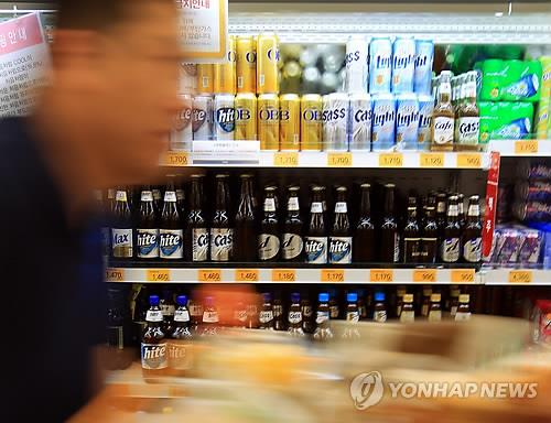 After the price of soju went up, consumers are waiting to see if beer prices will follow suit. (Image : Yonhap)