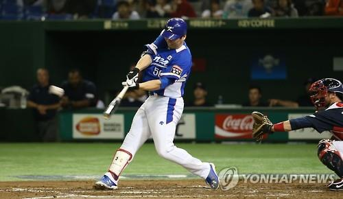 "South Korean free agent outfielder Kim Hyun-soo, seen here hitting a double against the United States in the final of the Premier 12 baseball tournament at Tokyo Dome in Tokyo on Nov. 21, 2015, has received offers from ""multiple"" Major League Baseball clubs, according to a source. (Image : Yonhap)"