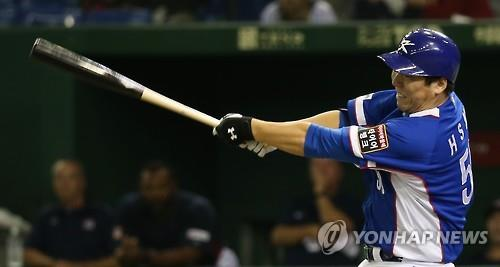 South Korean outfielder Kim Hyun-soo, seen here hitting a double against the United States in the final of the Premier 12 baseball tournament at Tokyo Dome in Tokyo on Nov. 21, 2015, has agreed to a two-year deal worth US$7 million with the Baltimore Orioles, pending a physical. (Image : Yonhap)