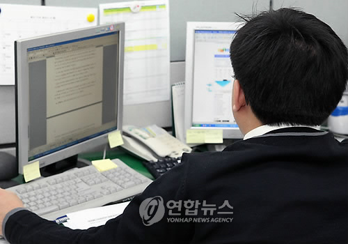 It has been reported that three out of ten office workers don't have the opportunity to exercise at their workplace. (Image : Yonhap)