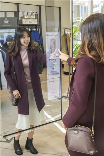 Beanpole presented customers a 'Magic Mirror' which suggests styling tips for the consumers (Image : Yonhap)