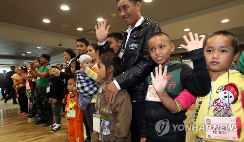 A total of 22 refugees from Myanmar arrived in South Korea, officials said Wednesday, becoming the first beneficiaries of Seoul's new resettlement program for refugees. (Image : Yonhap)