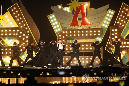 South Korean singer Psy performs during the 2015 Mnet Asian Music Awards in Hong Kong on Dec. 2, 2015. (Image : Yonhap)