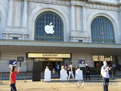 South Korea's antitrust watchdog said Wednesday it is checking possible unfair provisions in contracts signed between Apple Korea and local electronic repair companies. (Image : Yonhap)