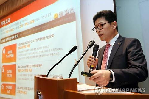 Lee Hyung-hee, who heads SK Telecom's mobile network business, speaks at the company's headquarters in Seoul on Dec. 2, 2015. (Image : Yonhap)