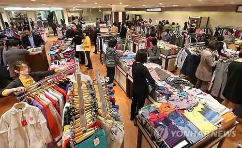 The most noticeable trend in the fashion apparel industry was the increase in consumers who value the experience accrued as an important part of fashion, of Internet of Things (IoT), and of character items pertaining to their historical nostalgia. (Image : Yonhap)
