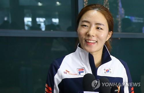 South Korean speed skater Lee Sang-hwa speaks to reporters at Incheon International Airport on Dec. 15, 2015. (Image : Yonhap)