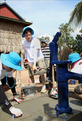 Korean household electronics maker Coway has made good on a promise to build 1,000 pump wells in Cambodia over the past 10 years as part of its corporate philanthropic programs. (Image : Yonhap)