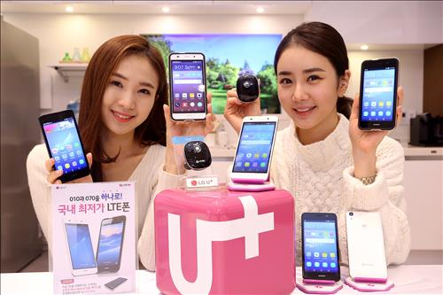 Models pose with Huawei's Y6 smartphone, sold by LG Uplus Corp. in South Korea. (Image : Yonhap)