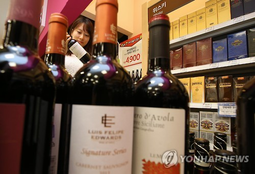 A recent report from a Korean consumer protection agency reveals that the prices of imported fruit, wine, beer and Starbucks coffee in Korea are much more expensive than in other countries. (Image : Yonhap)
