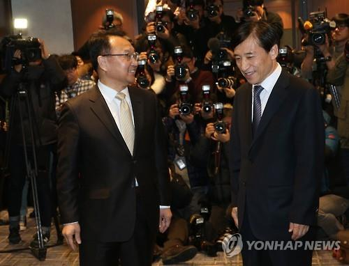 Finance Minister Yoo Il-ho (L) talks with the Bank of Korea Gov. Lee Ju-yeol at their first luncheon meeting in Seoul on Jan. 15, 2016. (Image : Yonhap)
