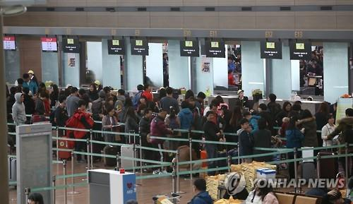 Travelers line up at check-out counters at Incheon International Airport. (Image : Yonhap)