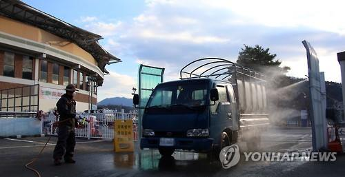 A small truck entering Cheongdo County in North Gyeongsang Province on Jan. 14, 2015 is being decontaminated to prevent the spread of FMD. (Image : Yonhap)