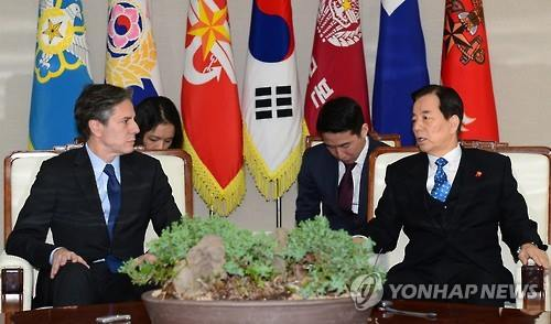 Defense Minister Han Min-koo (R) and U.S. Deputy Secretary of State Tony Blinken hold talks on Jan. 20, 2016, as the allies quicken moves to punish North Korea for its fourth nuclear test. (Image : Yonhap)